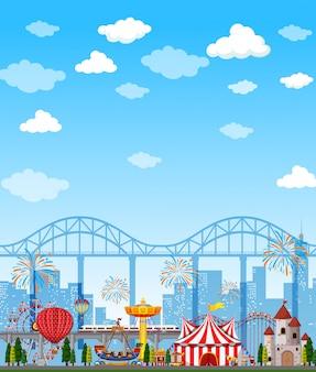 Park rozrywki scena przy dniem z jaskrawym niebieskim niebem