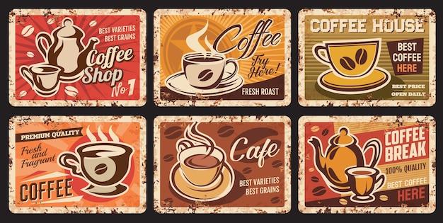 Parujące filiżanki do kawy zardzewiałe talerze. kawiarnia, kawiarnia lub restauracja gorące napoje nieczysty wektor cyna śpiewa, vintage metalowe płytki. porcelanowa filiżanka na spodku z parującą kawą, czajnikiem i ziarnami arabiki