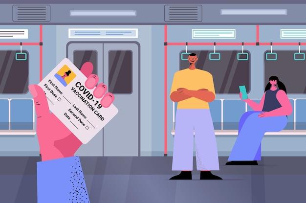 Pasażer w pociągu metra z kartą szczepień odporność paszport wolny od ryzyka certyfikat covid-19 pcr