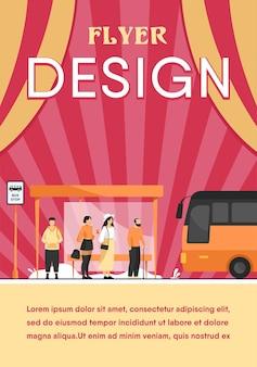 Pasażerowie czekają na transport publiczny na płaskiej ilustracji przystanku autobusowego. postaci z kreskówek za pomocą auto. szablon ulotki