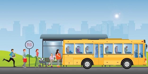 Pasażerowie na przystanku autobusowym.