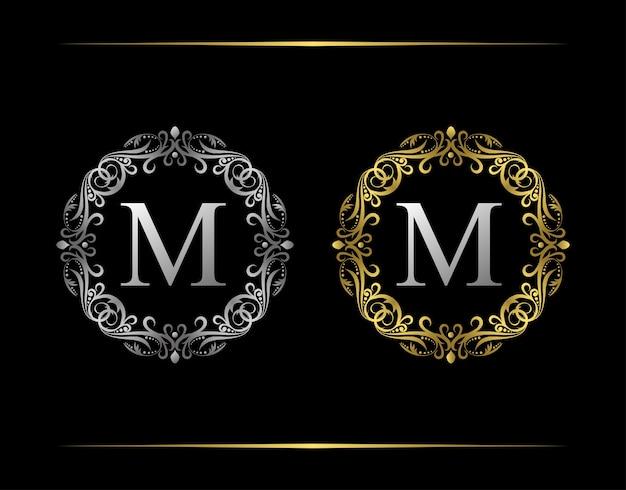 Pełen wdzięku znaczek m list logo. luksusowy emblemat z pięknym klasycznym ornamentem roślinnym. ramka w stylu vintage.