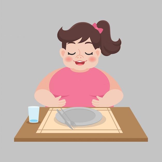 Pełna kobieta z pustym brudnym talerzem po zjedzeniu