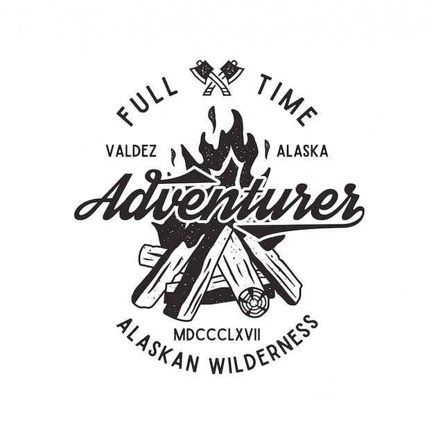 Pełnoetatowy poszukiwacz przygód z teksturowanym ogniskiem, toporem i elementami typu. godło retro pustyni alaski. efekt typograficzny. pojedynczo na białym tle.