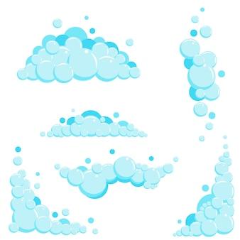 Pianka mydlana kreskówka z bąbelkami. jasnoniebieskie mydliny do kąpieli, szampon, golenie, pianka.