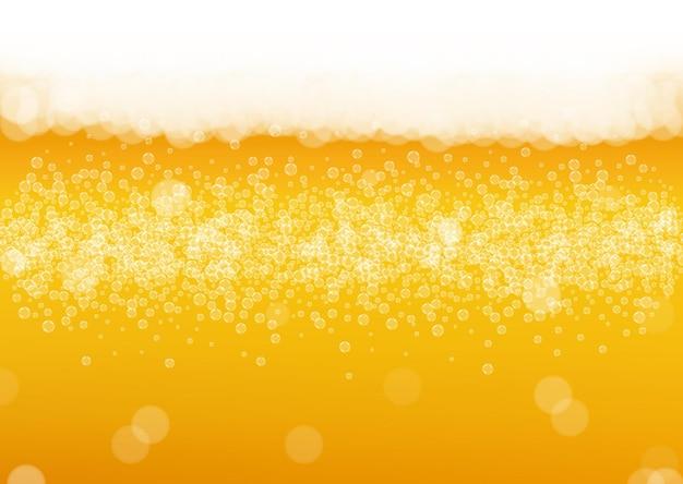 Pianka piwna. splash piwa rzemieślniczego. oktoberfest tło. koncepcja baneru barowego. wlej kufel piwa z realistycznymi białymi bąbelkami. chłodny płynny napój do złotej szklanki z pianką piwną.