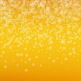 Pianka piwna. splash piwa rzemieślniczego. oktoberfest tło. koncepcja złotej ulotki. czeski kufel piwa z realistycznymi bąbelkami. chłodny płynny napój dla pab. pomarańczowy kubek na piankę oktoberfest.
