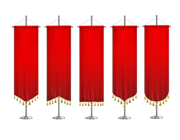 Pięć czerwonych proporczyków o różnych formach ze złotymi frędzlami przymocowanymi do metalowych postumentów realistyczny zestaw izolowanych ilustracji