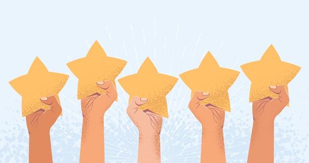 Pięć podniesionych rąk z pięcioma gwiazdkami. recenzja klienta lub koncepcja opinii. liczba gwiazdek