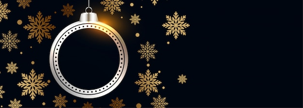 Piękna bombka ze złotym płatkiem śniegu czarny transparent