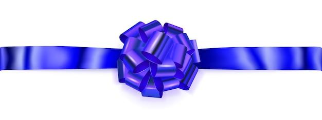 Piękna duża pozioma kokardka wykonana z niebieskiej błyszczącej wstążki z cieniem na białym tle