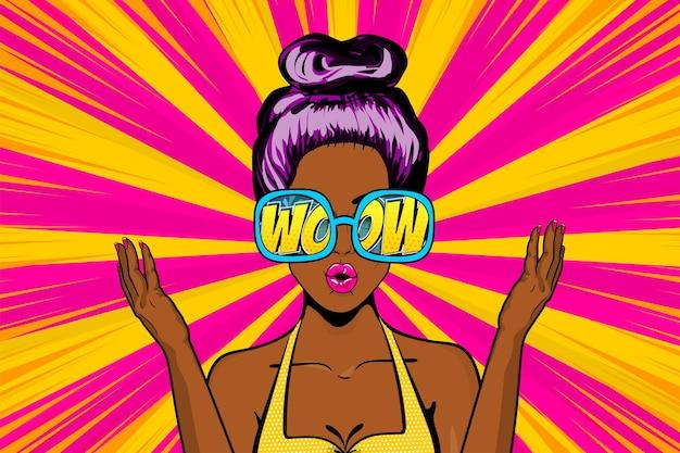 Piękna dziewczyna pop-artu zaskoczona twarz w okularach tekst komiksowy wow seksowna zszokowana afrykańska czarna kobieta