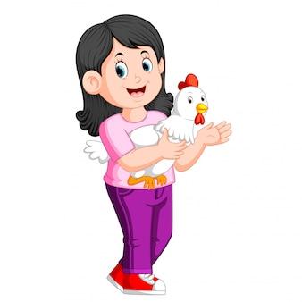 Piękna dziewczyna trzyma koguta