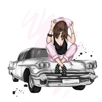 Piękna dziewczyna w kapeluszu siedzi na samochodzie retro