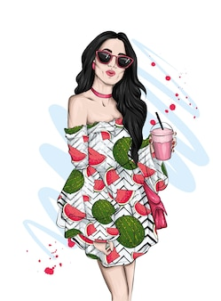 Piękna dziewczyna w letniej sukience i przy koktajlu