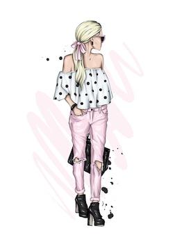 Piękna dziewczyna w stylowe ubrania.