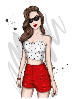 Piękna dziewczyna w stylowych letnich ubraniach