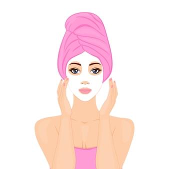 Piękna kobieta z maseczka na twarz i owinięcie głowy ręcznikiem. domowe spa, rytuał piękności