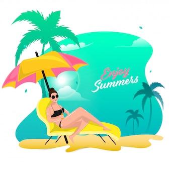 Piękna młoda dziewczyna relaksuje na plażowym krześle lub leżaku z ranku widokiem dla cieszy się lata pojęcie.