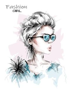 Piękna młoda kobieta w okularach przeciwsłonecznych