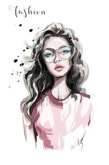 Piękna młoda kobieta w okularach