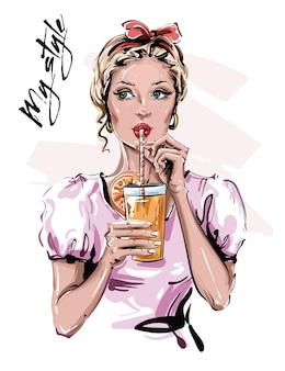 Piękna młoda kobieta z napojem