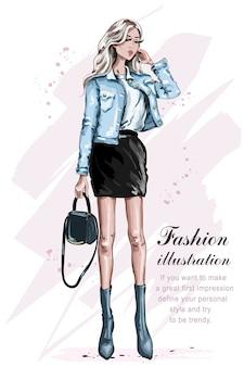 Piękna moda dziewczyna z torbą