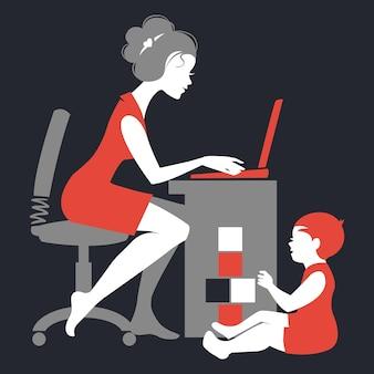 Piękna sylwetka mamy – freelancerka z notatnikiem i dziecka bawiącego się zabawkami