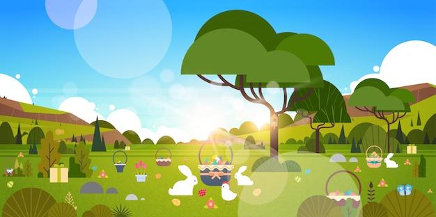 Piękna wielkanocna wakacyjna ilustracja z zielonym ogródem i królika królika jajkami w trawie
