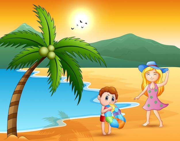 Piękne kobiety z chłopiec przy morzem