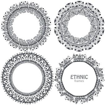 Piękne okrągłe ramki z ręcznie rysowane elementy etniczne.