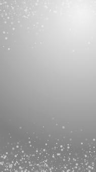 Piękne tło boże narodzenie śniegu. subtelne latające płatki śniegu i gwiazdy na szarym tle. godny podziwu szablon nakładki srebrnego płatka śniegu na zimę. ciekawa ilustracja pionowa.