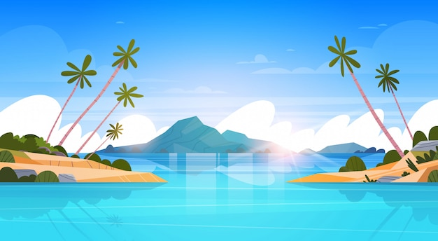 Piękny nadmorski krajobraz lato plaża z górami, błękitną wodą i palmami