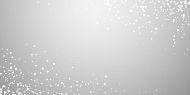 Piękny padający śnieg boże narodzenie w tle. subtelne latające płatki śniegu i gwiazdy na jasnoszarym tle. atrakcyjny szablon nakładki srebrny śnieżynka zima. świetna ilustracja wektorowa.