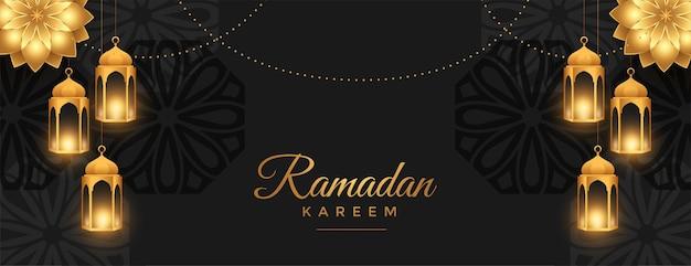 Piękny, szeroki baner ramadan kareem w czarno-złotym stylu