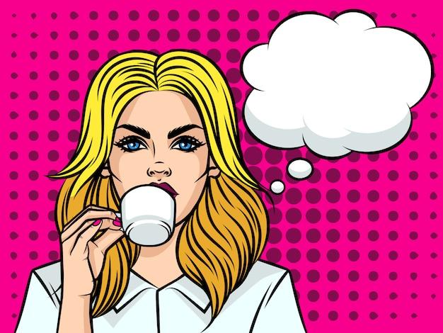 Pięknych kobiet europejski typ pije kawę. dziewczyna z filiżanką kawy na tle stylu pop-art. twarz dziewczyny z dymek i filiżankę herbaty w dłoni.