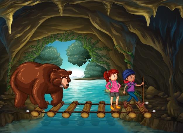 Piesi i niedźwiedź w jaskini