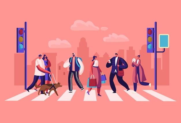 Piesi ludzie chodzą po ulicy miasta