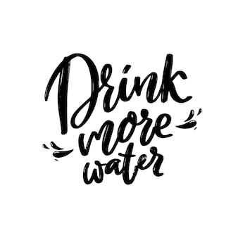 Pij więcej wody. pogrubiony czarny napis kaligrafia na białym tle motywacyjne plakaty i karty. skrypt ręcznie napis.