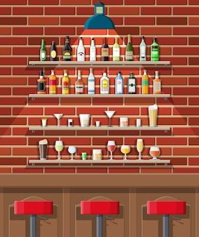 Pijalnia. wnętrze pubu, kawiarni lub baru. lada barowa, krzesła i półki z butelkami alkoholu. okulary, lampa. dekoracje drewniane i ceglane.