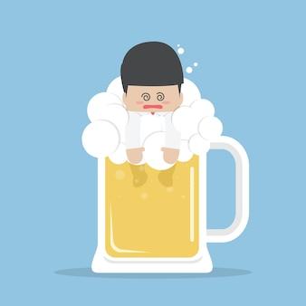 Pijany biznesmen w kuflu piwa