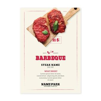 Piknik z grillem z mięsem na pokładzie deski do krojenia plakat