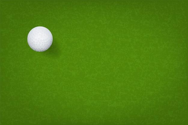 Piłka golfowa na zielonej trawie.