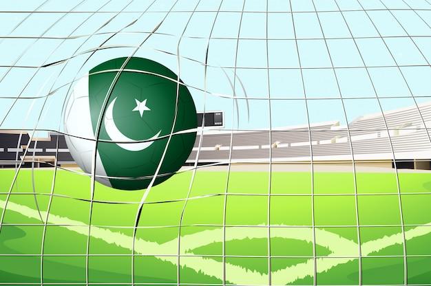 Piłka uderza w bramkę flagą pakistanu