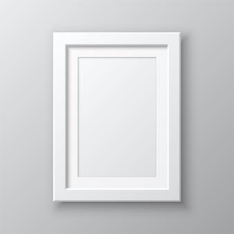 Pionowa pusta ramka na zdjęcia na białym tle