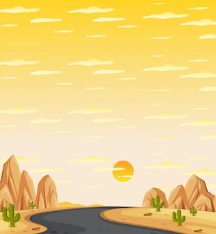 Pionowo natury scena lub krajobraz wieś z środkową drogą w pustynnym widoku i żółtym zmierzchu nieba widoku
