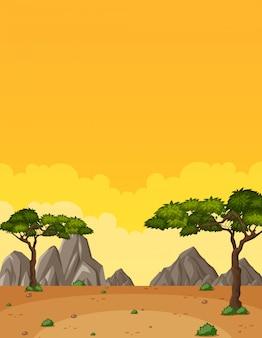 Pionowo natury scena lub krajobrazowa wieś z lasowym widokiem i żółtym zmierzchu nieba widokiem