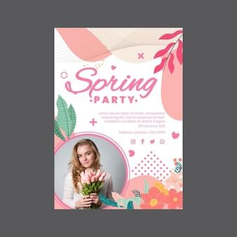 Pionowy plakat na wiosenne przyjęcie z kobietą i kwiatami