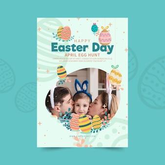 Pionowy szablon plakatu na wielkanoc z jajkami i rodziną