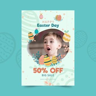 Pionowy szablon plakatu sprzedaży na wielkanoc z jajkami i dzieckiem